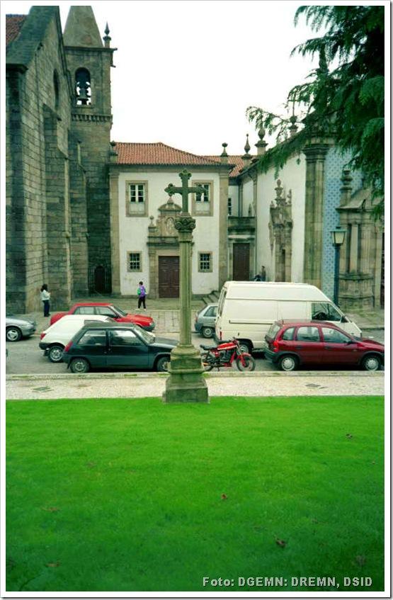 Cruzeiro Fronteiro ao Adro da Igreja de S Francisco - Guimarães - monumentos.pt - 1